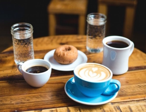 Placer social de tomar El café